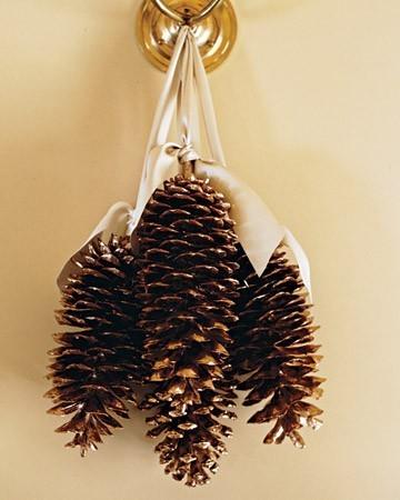 Коледна украса от шишарки