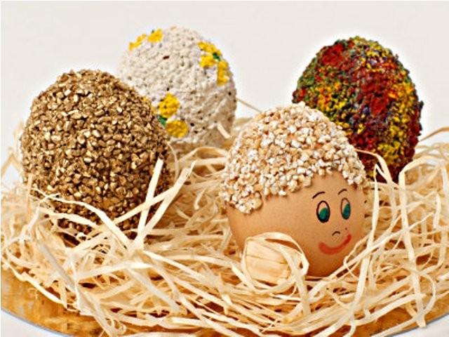 Великденски яйца украсени със смлени зърна
