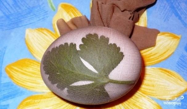 Боядисани яйца с листенца и цветенца