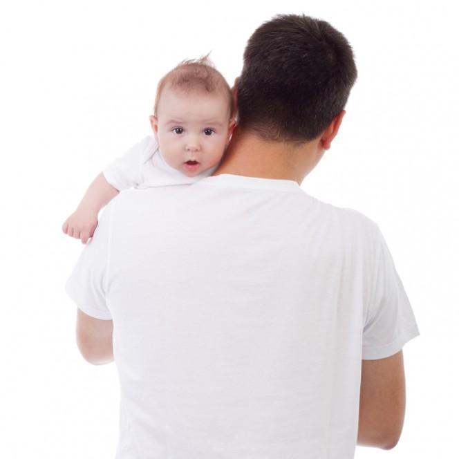 Защо е важно бебето да се оригне след хранене?