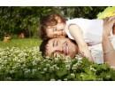 Мъжете с по-малки тестиси са по-грижовни бащи
