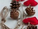Коледна украса с шишарки